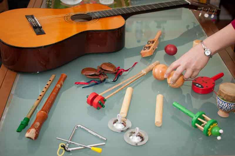 Musicoterapia, sons e ritmos com instrumentos musicais